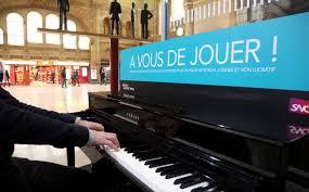 Les pianos dans les gares - Les Echos